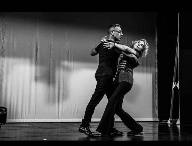 Έτσι προέκυψε η ιδέα να συνδυάσει μια τέτοια σχέση με μια γνωριμία που  χτίζεται μέσα από μια σειρά μαθημάτων χορού. Τα «Έξι ... e80b13b4ad0